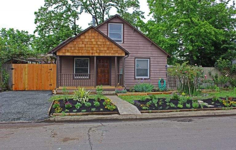 West Eugene Neighborhood nice home with mulched garden beds