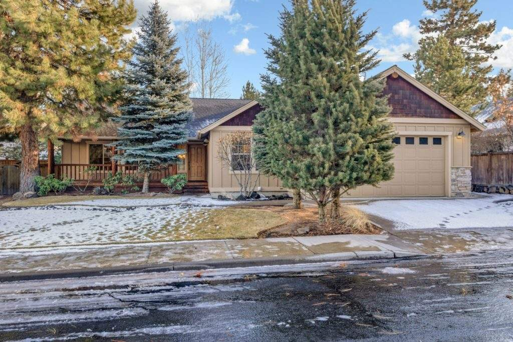featured LOHR Real Estate Bend Oregon Listing 60838 Sawtooth Mountain Ln. kitchen